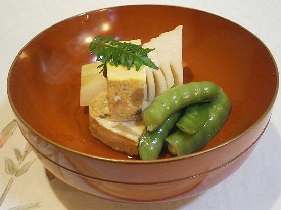 筍、えんどう豆、鱧のしんじょの炊き合わせわせです。 これも薄味で美味しい。