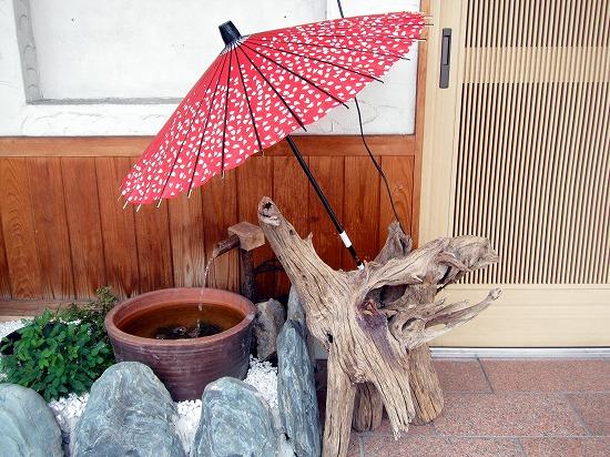 番傘と手水鉢が涼しげです。