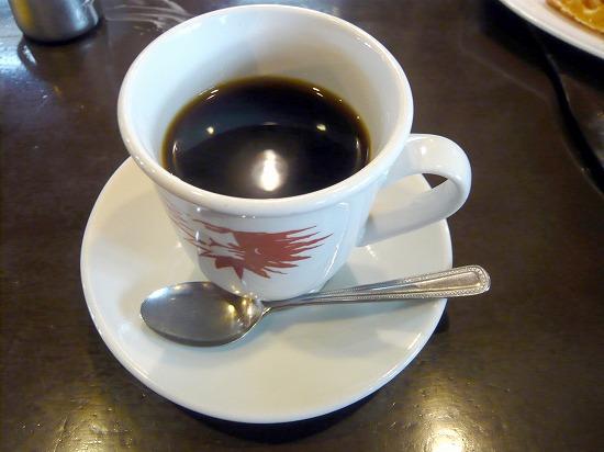 ブレンドコーヒー380円です。 モーニングカップかと思う位たっぷりとしたカップに入れられています。