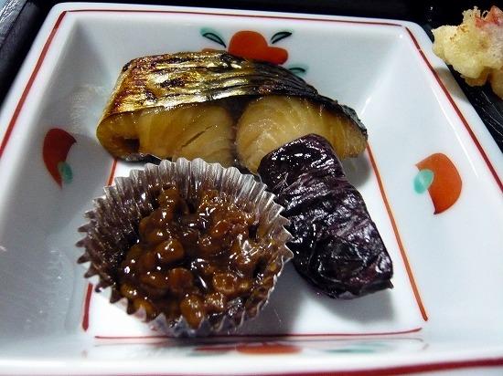 焼き魚、シソ巻きらっきょう、モロミ