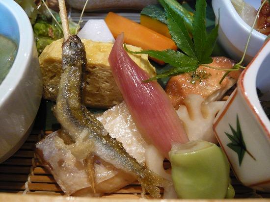 卵焼き、焼き魚、椎茸のうにのせ、カボチャ、レンコン、おたふく豆、みょうがなど。