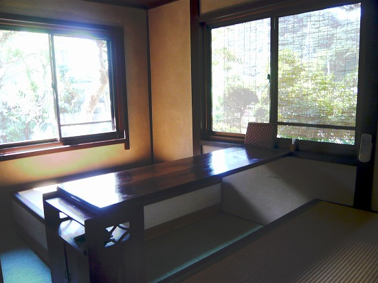 掘りごたつ式のテーブルのあるお部屋です。