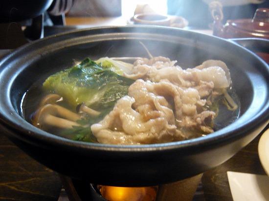 小鍋仕立ては豚肉の寄せ鍋です。 出汁が利いていて美味しくて、お汁も残さず頂きました。