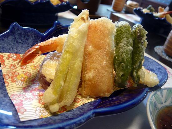 天ぷらはサクサクで、あったかい天つゆが付いていました。