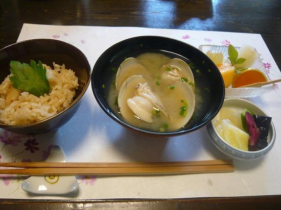 炊き込みご飯、ハマグリの味噌汁、香の物、果物です。