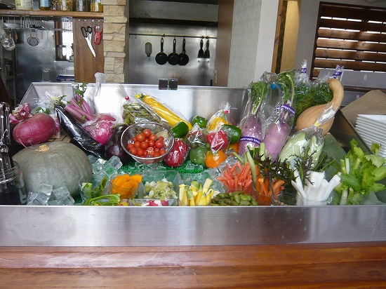 有機野菜のサラダバーコーナーです。
