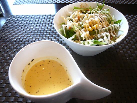 こくがあって美味しいカボチャのスープと、野菜の種類が多いグリーンサラダ