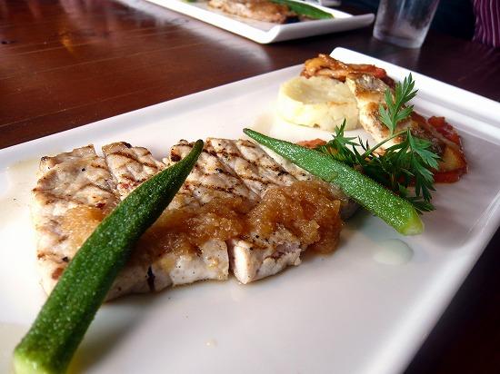 メインのポークステーキと鯛のポアレ