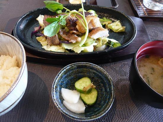 メインのお肉3種類とご飯とおみそ汁と漬物です。