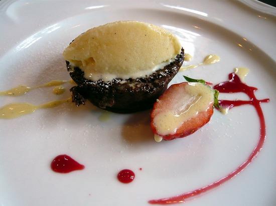 デザートは、ふわふわチョコレートケーキ ココナッツアイス添えです。