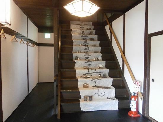 階段には器をディスプレイしてありました。 粋なインテリアです♪