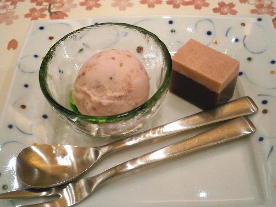デザート二種は、苺ようかんと豆乳苺アイスです。