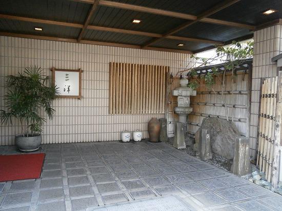 こちらは旅館の玄関ですが、こちらから入っても「お多津」に行けます。