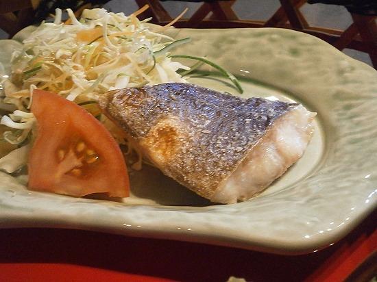 焼き魚にサラダ付きです。