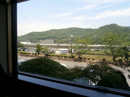 窓からは山陽自動車道が見えています。 高台にあるので、絶景です~♪