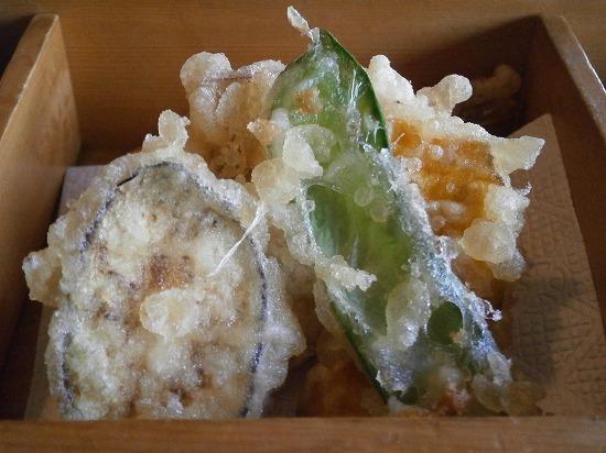 天ぷらの衣は真っ白でサックサクです。