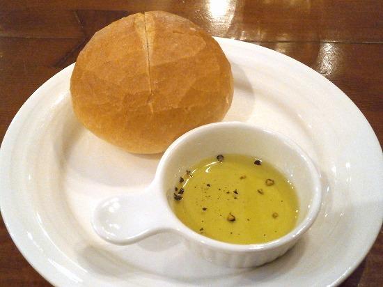 パンはオリーブオイルに付けていただきます。