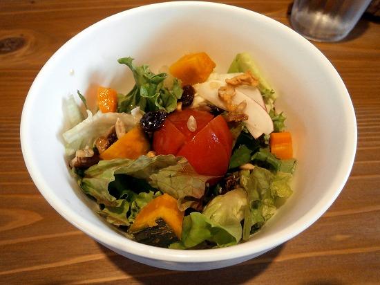 本日の注文は「Agio丼ランチ」1100円です。 写真はオーガニック(有機・無農薬・減農薬)ミニサラダです。