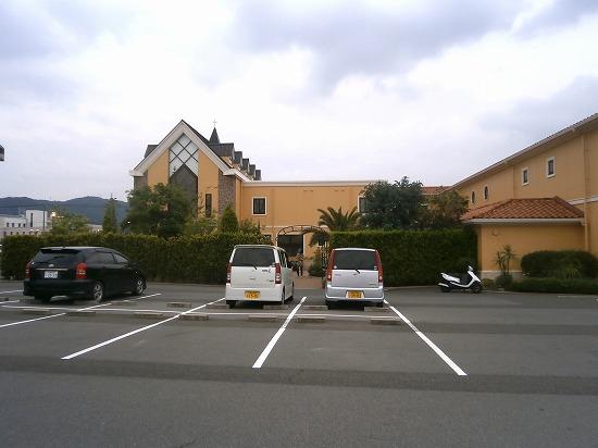 駐車場は結婚式場の裏手にあります。