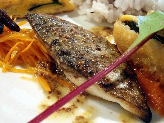 白身魚ソテーの粒マスタードとバターソース