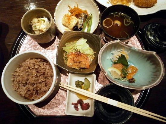 本日の注文は「彩り膳」1680円です。 お魚とお肉の両方付いているメニューです。