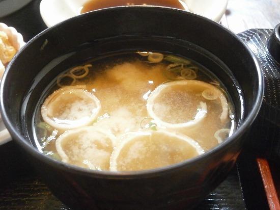 味噌汁は白みそ仕立てで美味しかったです。