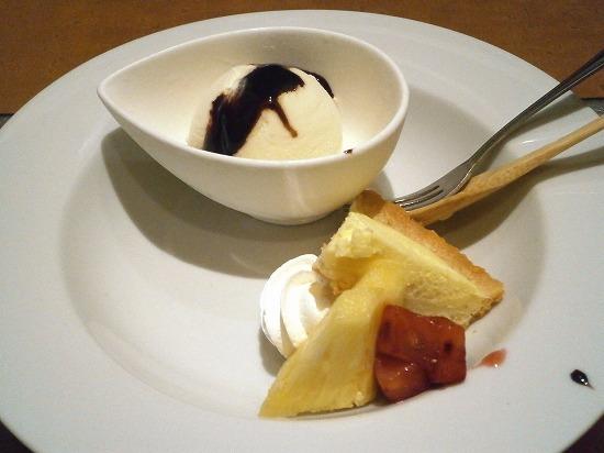 デザートは、アイスクリームとケーキ、果物です。