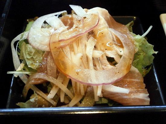 サラダには生ハムが入っています。