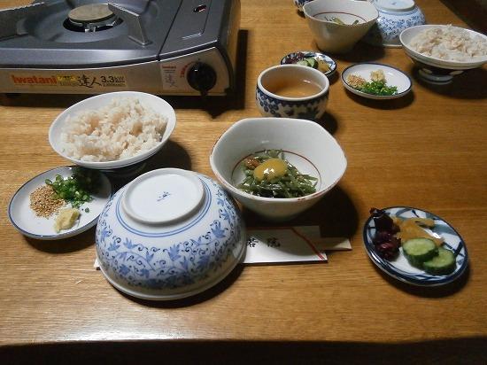 席に着くと、まず茶めし、山くらげのからし味噌和え、お漬物、薬味、つけだれが運ばれてきました。 湯豆腐は1200円です。