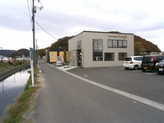 川の左側には「輝庭 木洩れ灯」があります。 手前の四角いお店は、パンのsogiiです。 sogiiの奥の肌色の店舗が「日本料理 滴水」です。