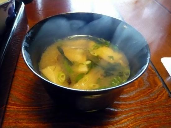 味噌汁にもしいたけの薄切りが一杯入っています。