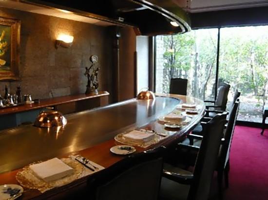 一番奥の8人用の個室でお食事です。