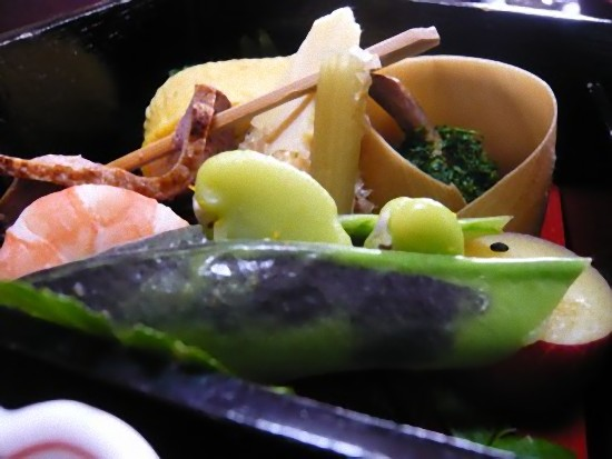 出汁巻き卵、お肉、海老、クワイ、豆、筍、ふき、サツマイモの盛り合わせです。