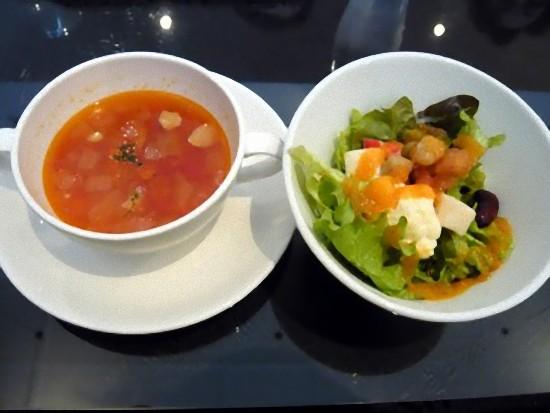 サラダとスープです。 サラダは沢山の種類の野菜が入っていて美味しかったです。