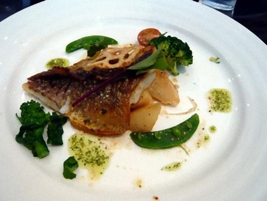 メインディッシュは5種類から選べます。 これは、白身魚のムニエル こがしバターソースです。