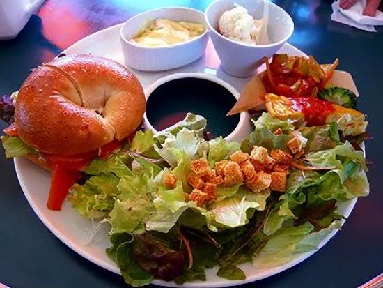 上のお料理は日替わりランチプレートでブイヨンスープ、自家製パン、サラダ、ジャガイモのピカタ、飲み物が付いて945円です。