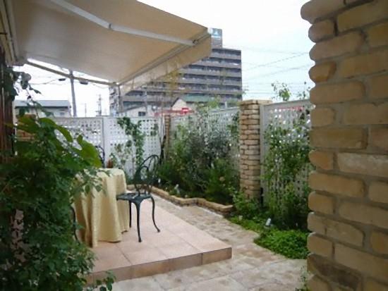 中庭も新設されお庭にもテーブルが置かれています。お洒落ですね。