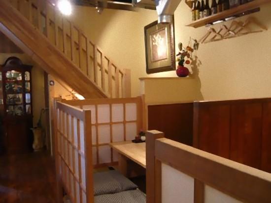 小上がり席から2階への階段を見たところです。