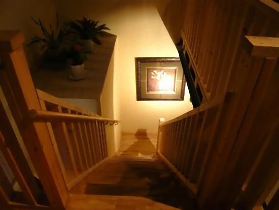 2階から1階へ降りる階段です。