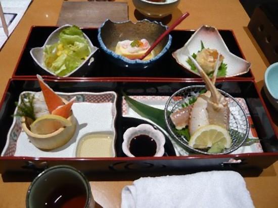 これは「彩り御膳」2,625円です。 天ぷらとお吸い物、巻寿司が付きます。