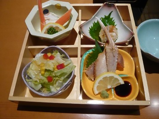 これは「甲羅御膳」3,045円です。 天ぷら、吸い物、かにすき、お寿司が付きます。