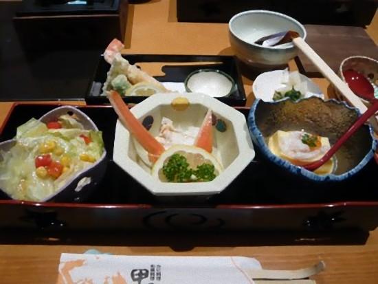 これは「あじわい御膳」2,100円です。 天ぷら、ぞうすい、かに豆富が付きます。 雑炊は量がたっぷりあって、あっさりしていて美味しかったので皆で分けて食べました。
