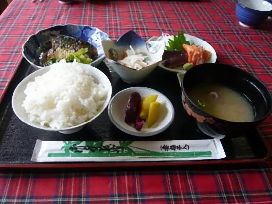 「本日の給食」日替わり定食ですが800円です。