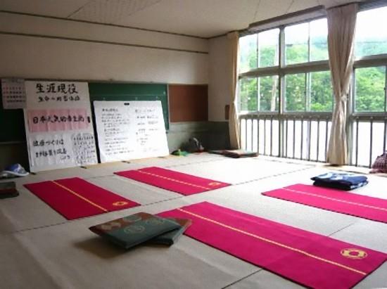 食堂の隣りは生涯学習のスペースのようで、今日もこのお部屋から数人の方が、食事を摂りに来られました。