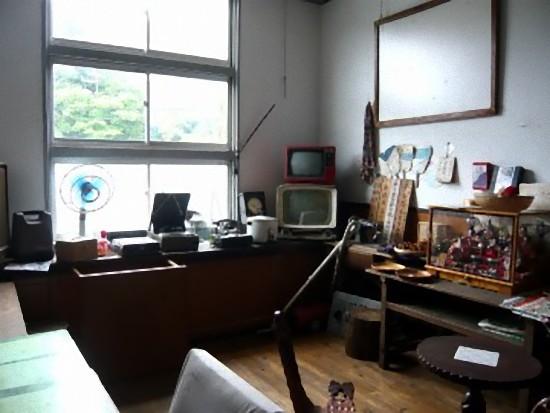 このお部屋は昭和時代のレトロな電化製品や本などを集めて展示してありました。