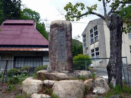 「井関小学校之跡」と彫られた碑が校門横に建っていました。