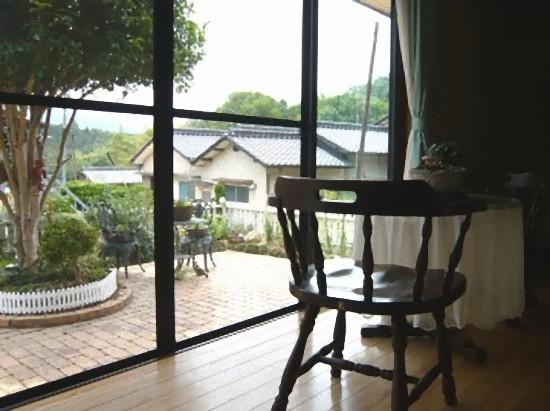 こちらは2人席で、お庭が眺められる特等席です。