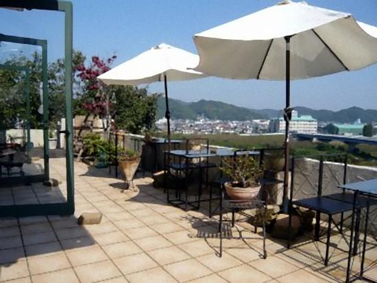 天気のいい日には外のテラスで芦田川の流れを眺めながらのお食事もいいですねぇ!