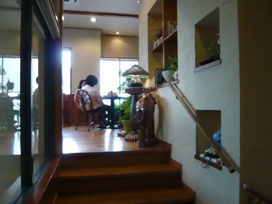 中2階の居心地のいい空間に通されました。 素敵なインテリアで、みょ~に落ち着ける雰囲気です。