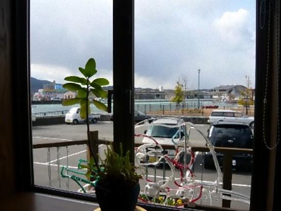 窓の外には福山港の風景が見えます。 ほんっとにすばらしい場所にありますね)^o^(